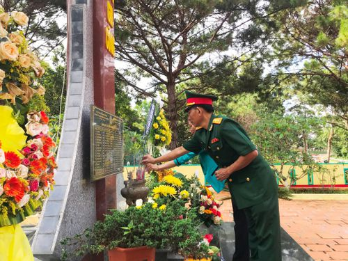 Trung đoàn 726 tặng quà người có công