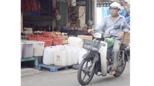 Hàng trăm thùng phi chứa dầu bẩn: Lọc cặn rồi bán