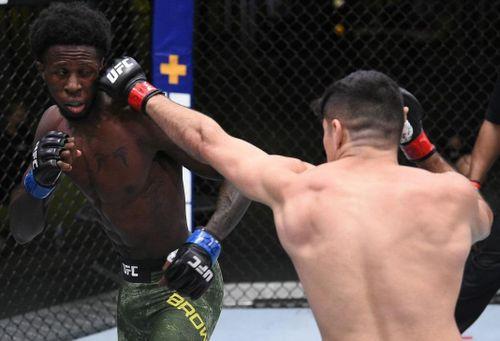 Pha lên gối uy lực trong chiến thắng knock-out ở UFC