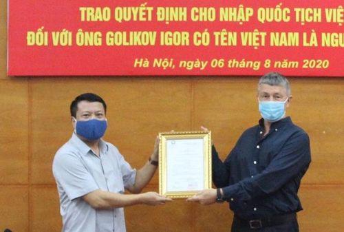 Trao quyết định cho nhập quốc tịch Việt Nam đối với người đến từ Liên bang Nga
