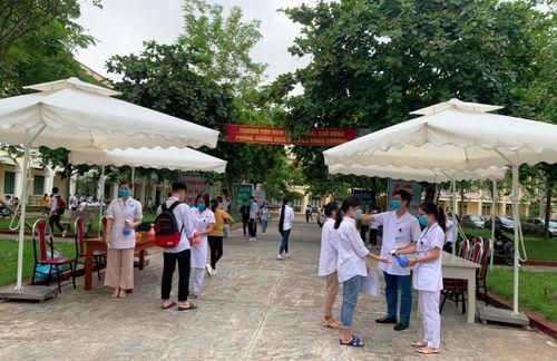 Toàn cảnh ngày đầu thi tốt nghiệp THPT 2020 tại thị xã Sơn Tây