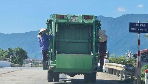 Tài xế xe rác cho 4 công nhân đu bám chạy trên đường bị tước bằng lái