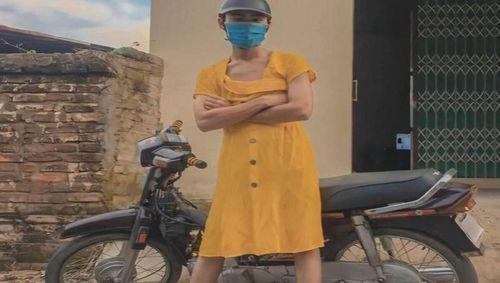 'Khoe' clip bốc đầu xe máy, nam thanh niên mặc váy bị phạt 4 triệu đồng