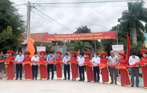 Vicem Hà Tiên tài trợ 3.000 tấn xi măng xây dựng đường về biên giới Giồng Két