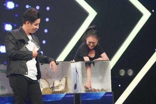 Gương mặt 'khóc thét' của Kim Anh khi chạm vào các sinh vật lạ