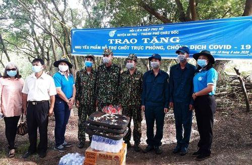 65 hội viên phụ nữ tại huyện An Phú và thành phố Châu Đốc được trao sinh kế thoát nghèo