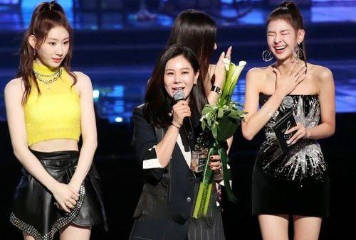 Stylist của sao Hàn thường bị fan chửi bới, quỵt tiền lương