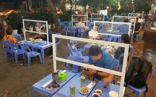 Hà Nội: Quán ăn, quán bia hơi dựng vách ngăn để phòng dịch Covid-19
