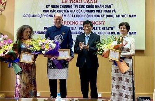 Trao tặng Kỷ niệm chương 'Vì sức khỏe nhân dân' cho các chuyên gia nước ngoài