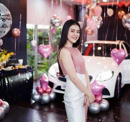 Lý Kim Thảo gây choáng khi xách một túi tiền đi tậu xế sang Mercedes-Benz