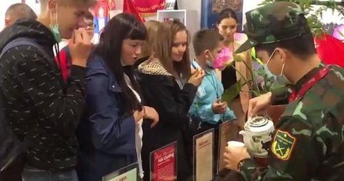 Series ẩm thực Việt Nam khiến cả hội thao quân sự tại Nga phát cuồng: 600 chả giò rế, 40 cân thịt 'cháy hàng', vừa mở quán trà đá - bánh đậu xanh thực khách đã ùn ùn kéo đến!