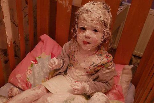 Vào phòng gọi con dậy, mẹ ngỡ ngàng khi nhìn điều bất ngờ đang xảy ra với bé
