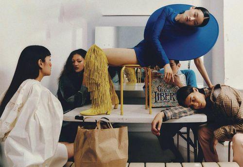 Người mẫu Hàn tạo dáng lạ trong phòng thay đồ