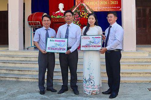 Báo Khánh Hòa và một số đơn vị: Tặng Tủ sách lớp em và học bổng cho 2 trường