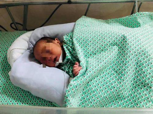 Bé sơ sinh bị bỏ rơi giữa khe tường ở Hà Nội xuất viện