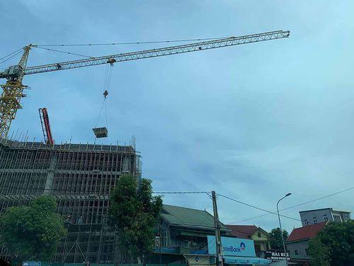Cần cẩu tháp công trình Tập đoàn Hoành Sơn tiếp tục sai phạm thách thức chính quyền?
