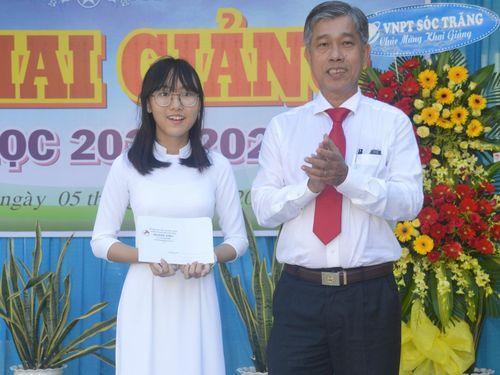 Sóc Trăng: Khen thưởng nữ thủ khoa kỳ thi tuyển sinh lớp 10