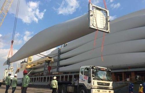 Tàu chở thiết bị điện gió lớn nhất Việt Nam cập cảng Cái Mép