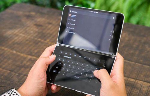 Cận cảnh 'laptop' thông minh Microsoft kích thước bằng iPhone 11 Pro Max