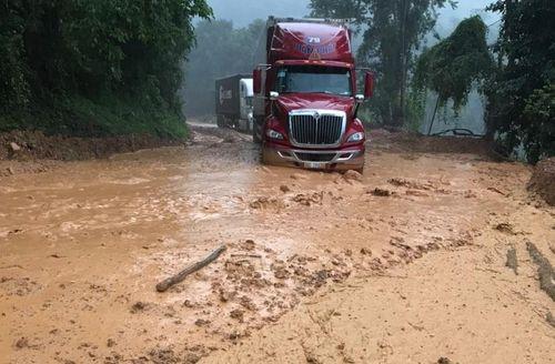 Mưa lớn gây sạt lở, bùn đất tràn xuống đường đi cửa khẩu Quốc tế Tây Trang