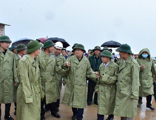 Phó Thủ tướng Trịnh Đình Dũng chỉ đạo công tác ứng phó bão số 5 tại Thừa Thiên - Huế