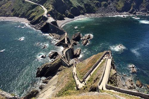 Gaztelugatxe: Tòa lâu đài bí ẩn giữa biển khơi