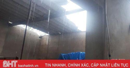Mưa lớn kèm lốc xoáy khiến 21 hộ dân ở Thạch Hà bị tốc mái, gần 20 ha rau màu bị ngập
