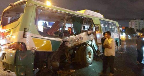 Ô tô tải tông xe buýt, 20 hành khách nhập viện cấp cứu