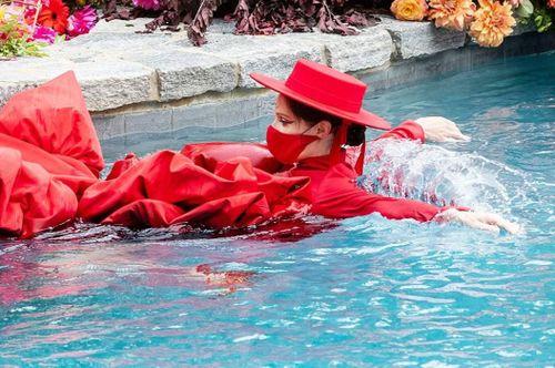 Siêu mẫu Coco Rocha catwalk dưới nước