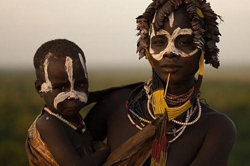 Kinh hãi bộ lạc chuyên hành quyết trẻ dị tật