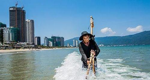 Bóng người trên đỉnh sóng