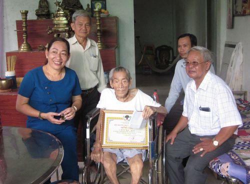 Tặng quà, mừng thọ người cao tuổi