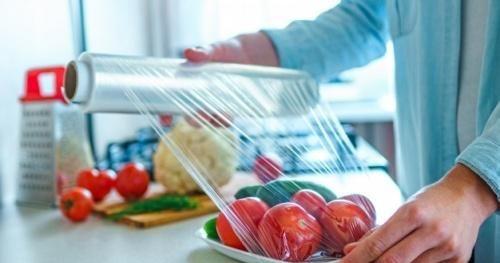 Độc hại tiềm ẩn bên trong màng bọc thực phẩm