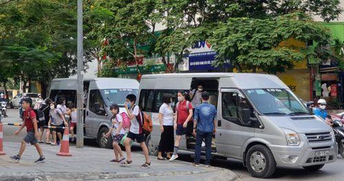 Hà Nội: Vì sao khó quản xe đưa đón học sinh?