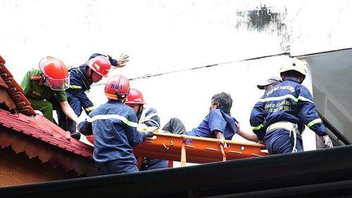 Giải cứu người đàn ông gãy chân bị kẹt trên mái nhà