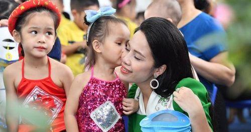 Nữ doanh nhân Trần Thị An đón trung thu an lạc cùng các con tại trường học