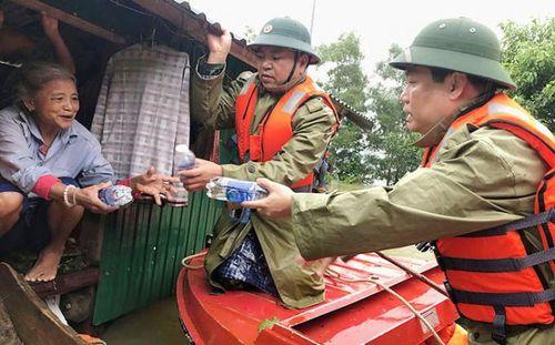 Quảng Bình: Lũ vẫn 'neo' lại mái nhà, thiệt hại nặng