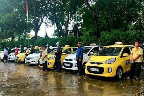 Tranh khách trước cổng bệnh viện, tài xế taxi ở Đồng Nai lao vào hỗn chiến