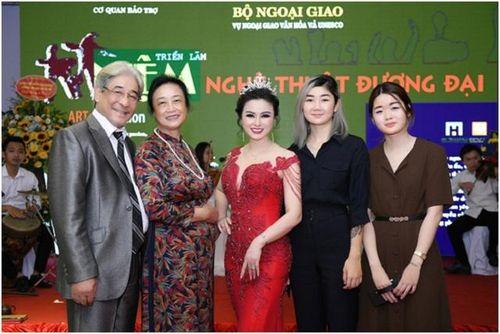 Hoa hậu Nguyễn Thị Diệu Thúy nhận Vương miện đá quý hàng tỷ đồng.