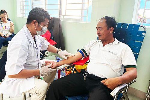 Gần 500 người tham gia hiến máu tình nguyện