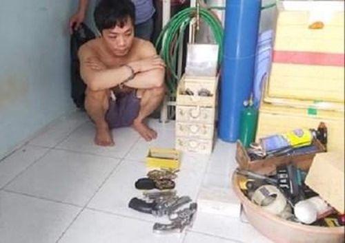 Bắt đối tượng tàng trữ ma túy và súng đạn trong nhà