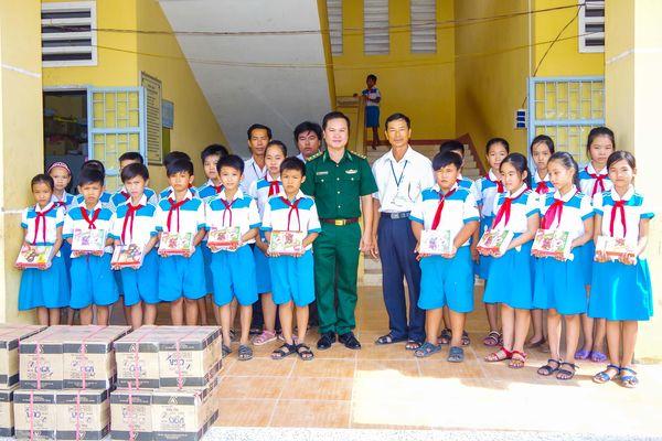 Đoàn thanh niên BĐBP tỉnh Sóc Trăng tặng 1.500 cuốn vở cho học sinh nghèo