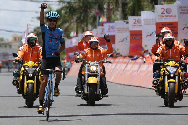Chặng 26 giải xe đạp Cúp Truyền hình TP.HCM: Nguyễn Hoàng Sang một mình một ngựa về đích