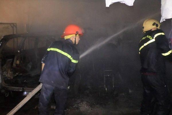 Cháy gara ô tô trong đêm, 4 chiếc xe bị thiêu rụi ở Đà Nẵng
