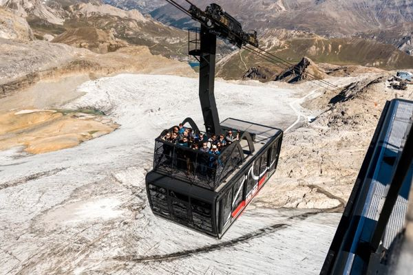 Pháp khai trương cáp treo đầu tiên trên thế giới chở khách trên nóc cabin