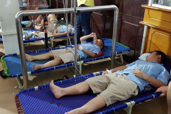 Hơn 300 học sinh Ninh Bình nhập viện: Quá tải, nhiều người xin về