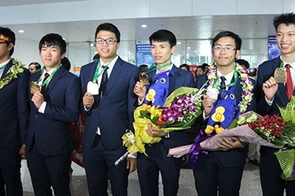 Đề xuất tặng Huân chương Lao động cho học sinh đạt Huy chương vàng thế giới