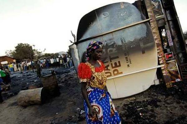 'Hôi dầu' lúc xe bồn gặp nạn, 50 người chết cháy, 100 người bỏng nặng