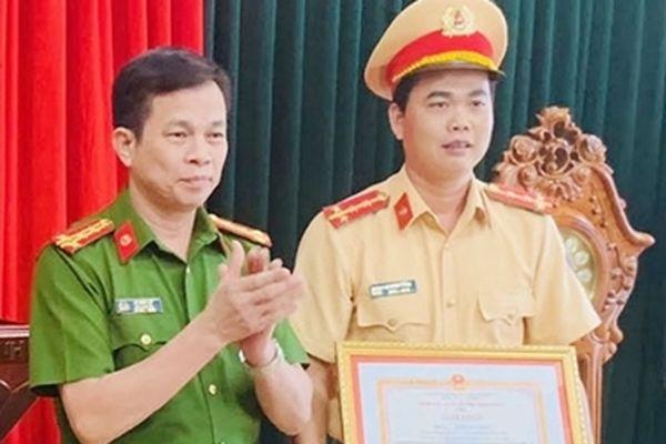 Tặng giấy khen cho Đại úy CSGT cởi áo cầm máu cứu người gặp nạn