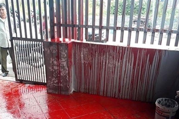 Một gia đình ở Hải Phòng nửa đêm bị đổ sơn đỏ vào cửa nhà